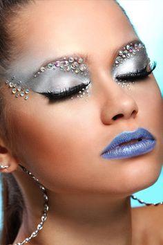 Professionele make-up artiesten gebruiken en misbruiken ze tijdens modeshows! Ze voegen een vleugje glamour toe aan elke make-up. Deze fijne lichte glitter vormen een sprankelende sluier over het gelaat lichaam en haar en kan tevens worden gebruikt als uitgangspunt voor allerlei thema's. Online Professionele Make-up www.extreme-beautylife.nl