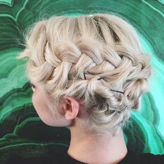 Who cares about hiding bobby pins? Not dis b*tch. ¯\_(ツ)_/¯ #PutYourBobUp <---- is this our next #cleartheshoulders?? Just updo {and half-updo} ideas for girls w bobs? I think mayyyyybe! #KristinEssHair