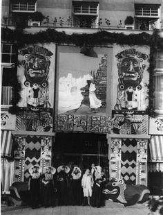 """Afbeelding van een groepje vrouwen in Zeeuwse klederdracht bij de versierde voorgevel van het hotel-café-restaurant Terminus (Stationsplein 3) te Utrecht, tijdens de viering van het 59e lustrum van de Utrechtse universiteit, met als thema """"Cortez"""". 1931 #Zeeland #ZuidBeveland #protestant #katholiek"""