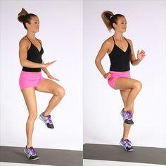 Come fare a casa esercizi fisici al mattino per dimagrire corsa sul posto donna capelli castani lisci coda di cavallo top nero shorts rosa scarpe footing tappeto allenamento riscaldamento aerobica