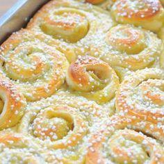 Rhubarb buns in the pan Vegan Desserts, Dessert Recipes, Yummy Snacks, Yummy Food, Baking Buns, Scandinavian Food, Swedish Recipes, How Sweet Eats, Creative Food