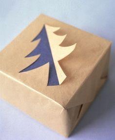 На Новый год подарки должны быть пропитаня новогодним настроением. Например, можно вырезать елочку из оберточной бумаги. Заготовьте трафарет и два разных куска оберточной бумаги.