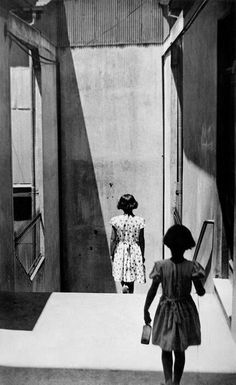"""La fotografía """"mágica"""" de Sergio Larraín Echeñique. Pasaje Bavestrello, Valparaíso, Chile, 1952. El fotógrafo estaba capturando la imagen de una niña cuando, de repente, apareció otra..."""