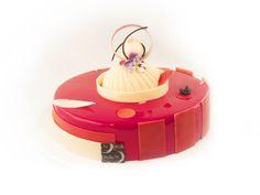Entremets Fraises/vanille : Croustillant dragées / Biscuit pistache / Confit de fraises / Crémeux vanille amande/ Mousse de fraise / Glaçage miroir fraise / Décors chocolats