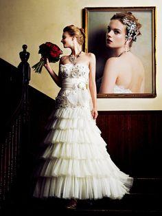Cli'O mariage(クリオマリアージュ) クチュール感あふれる花のパッチワークとチュールのティアードスカートがヒロインにふさわしい存在感を感じさせる一着。