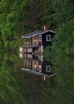 A little cabin on a lake for John Michael & me. Lake Cabins, Cabins And Cottages, Cabin Homes, Log Homes, Beautiful Homes, Beautiful Places, Haus Am See, Little Cabin, Cabins In The Woods