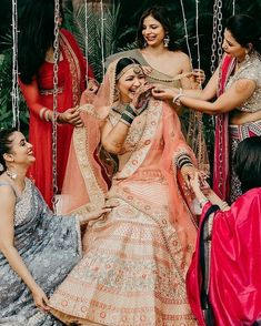Bookmark this bridesmaid pose for your D day Bridesmaid Poses, Bridesmaid Outfit, Brides And Bridesmaids, Indian Wedding Photos, Wedding Images, Bridal Poses, Bridal Portraits, Bridal Photography, Couple Photography