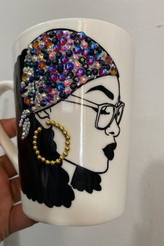 Diy Wine Glasses, Glitter Glasses, Painted Wine Glasses, Diy Mug Designs, Tumbler Designs, Bling Bling, Bedazzled Liquor Bottles, Coffee Mug Crafts, Wine Glass Crafts