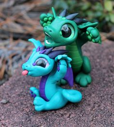 bitty bitey ones Polymer Clay Dragon, Polymer Clay Figures, Polymer Clay Sculptures, Cute Polymer Clay, Polymer Clay Animals, Cute Clay, Polymer Clay Charms, Sculpture Clay, Clay Art Projects