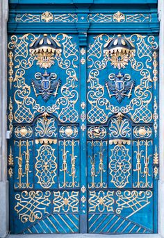 From aqua, navy, cerulean, to true-blue – what can you do with your front door? If black feels too common for you, then it is time to try blue. Having a blue front door will add a unique touch to y… Cool Doors, The Doors, Unique Doors, Windows And Doors, Grand Entrance, Entrance Doors, Doorway, Knobs And Knockers, Door Knobs