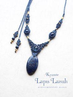 カイヤナイト(ネパール産)ラピスラズリ(アフガニスタン産)マクラメ編みネックレス紹介。濃く鮮やかな藍色をしたラピスラズリと、透明感のあるネパール産カイヤナイトをあしらったマクラメ編みネックレス。 夜空に輝く星のようにキラキラと輝くパイライトが印象的な上質なラピスラズリに、 美しい色のグラデーション層が魅力の高品質カイヤナイトを使用しています。 石が引き立つようコバルトブルーの蝋引き糸をセレクトし、一編みずつ丁寧に編み上げました。 天然石の美しさが際立つ繊細な編み目をあしらい、存在感溢れるネックレスに仕上がっています。