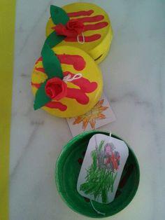 Capseta de sant jordi feta amb capsetes de formatgets. No hi falta cap detall: rosa, senyera i imatges de cançons de sant jordi!