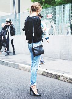 Sleek leather accessories win with these black pumps and cross body bag. // #StreetStyle #Casual