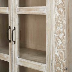 Vitrina esculpida con 2 puertas de mango macizo blanqueado | Maisons du Monde