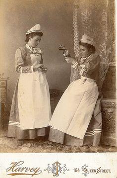 Las niñas pobres, con suerte accedían al servicio doméstico. Si tenían algún tipo de estudios podían ser nurse. En la era victoriana, el trabajo doméstico fue la segunda categoría más importante de empleo en Inglaterra y País de Gales, después del trabajo agrícola