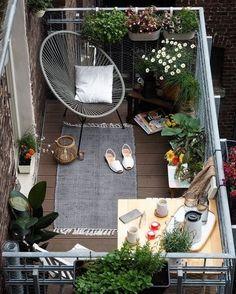 Bom dia! Uma pequena varanda tem todo o potencial para se tornar o seu pedacinho de natureza particular, mesmo no meio da cidade. Invista em poltronas e cadeiras confortáveis e plantas que não precisam de muito espaço. : Pinterest #varanda #balcony