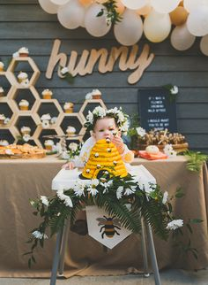 Honey Bee& first birthday party - inspired by this .- Honey Bee erste Geburtstagsfeier – von diesem inspiriert Honey Bee& first birthday party – inspired by this … - Baby 1st Birthday, Birthday Bash, First Birthday Parties, First Birthdays, First Birthday Theme Girl, Bee Birthday Cake, 1st Birthday Girl Party Ideas, Kids Party Themes, Bumble Bee Birthday