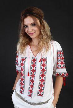 Ie românească cu mânecă scurtă, brodată manual pe panză topită ( pânză subțire din bumbac 100%) cu fir de bumbac