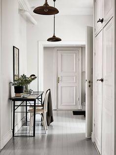 Noir et blanc des damiers, des rayures, des pois, et tout l'appartement sur le même air qui enchante une cuisine conviviale, un vaste coulo...