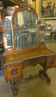 www.m37auction.com: Antique Vanity w/ Mirror and Matching Dresser w/ Mirror