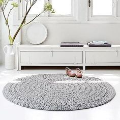 Hooked rug model arab large in light gray made of coarse cotton rest / Living Roots