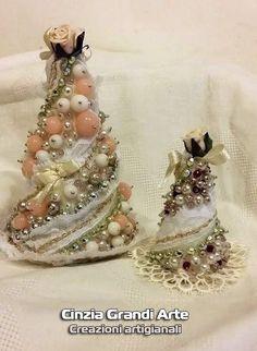 Occorrente: Cono di polistirolo spilli colla a caldo vinavill perle di varie dimensioni pizzi fiocchi bicono Swarovski