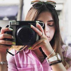 🌸 она чуть больше и тяжелее остальных моделей ⠀ 🌸 несмотря на внешние габариты, она позволяет делать классные макрофотки ⠀ 🌸 это единственная камера Instax, которая умеет печатать широкоформатные карточки Polaroid Fujifilm, Fujifilm Instax Mini, Fitbit, Catalog, Fashion, Moda, Fashion Styles, Brochures, Fashion Illustrations
