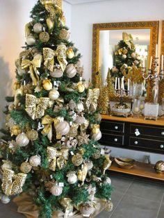 arvore de natal dourada com bolas e laços