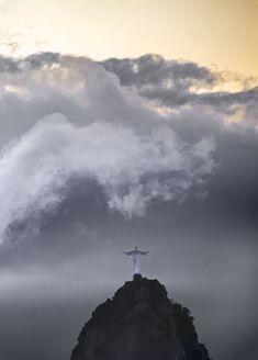 Christus Statue in Rio de Janeiro, Brasilien. Medium Art, Clouds, Statue, Outdoor, Rio De Janeiro, Brazil, Social Media, Outdoors, Outdoor Games