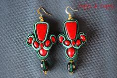 """""""Rosso di rossi""""; orecchini artigianali interamente realizzati a mano con tecnica """"soutache"""", in cordoncino di seta nei toni del verde, perle di ceramica rossa e cristalli swarovski verdi"""