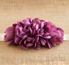 La exuberancia de nuestro cinturón de flores Provenza contrasta con la sencillez de las flores que lo componen, y que dan lugar a un complemento elegante y llamativo.