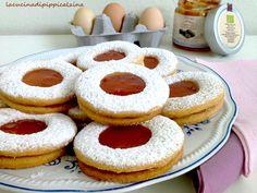 Biscotti occhi di bue..sono molto semplici da fare e buoni da mangiare..lo zucchero a velo vanigliato al posto del solito zucchero gli dona una fragranza indescrivibile..con questa dose vengono circa una ventina di biscotti