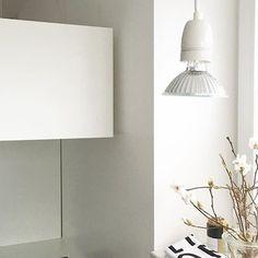 DIY Lampe #inmeinerküche #inmykitchen #kitchenlove #küchenliebe #weiß #White #allwhite #whiteliving  #diy #küchenlampe #simple #simplicity #küchenkonfetti #interior #interior4all #interiorlove #designletters #pfeffersackundsoehne #ikea  #magnolia #magnolien #magnolienzweig #germaninteriorbloggers  #wohnkonfetti #solebich #Vasenkonfetti