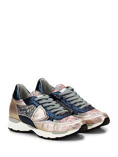 PHILIPPE MODEL PARIS - Sneakers - Donna - Sneaker in pelle laminata e tessuto con logo su lato esterno e suola in gomma. Tacco 35, platform 20 con battuta 15. - ROSE\BLU - € 287.00