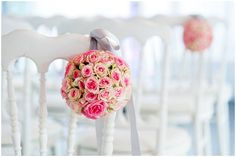 Pink floral aisle decorations - © Fred Marigaux Photos