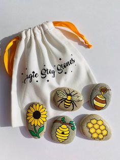 Stone Art Painting, Bee Painting, Seashell Painting, Spring Painting, Pebble Painting, Pebble Art, Rock Painting Ideas Easy, Rock Painting Designs, Painted Rocks Craft