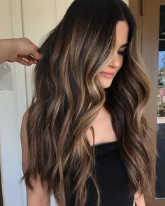 Balayage technology is now the most popular and advanced hairdressing technology. Balayage technology is suitable for any color of hair, whether it's light or dark. Except for very short hair, almost all length hair can use Balayage technology. Balayage Hair 2018, Brown Hair Balayage, Hair Color Balayage, Balayage Hair Brunette Long, Brown Balyage, Ombre Brown, Dark Hair Balyage, Hair Styles Brunette, Dark Hair With Balayage