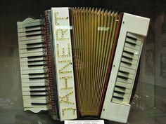 Doppel-Piano-Akkordeon.  Jähnert war eine thüringische Akkordeonfabrik: Paul Jähnert, Triptis in Thüringen, vor 1906 gegründet. Spezialfabrik für Wiener Akkordeons, Bandonions und Konzertinas, enteignet 1950 durch die sowj. Besatzungsmacht, damaliger Eigentümer war Karl Blau. Stichworte: #Accordion #World #Piano #Vintage #History
