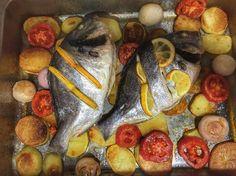 Plaers de cuinar i menjar a casa: orada al forn amb patates tomàquets i cebetes.  #peix #fish #potatoes #onion #tomato #foodporn #gastronomy #foodie #foodphotography #fetacasa #petitsplaers #health #healthyfood