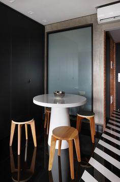Apartamento de 46 m² com cozinha escondida! Confira no link imagens! (Foto: Mariana Orsi) #decor #decoração #decoration #decoración #apartamento #apartment #casavogue