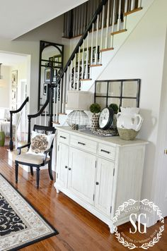 CREATING A WELCOMING FOYER