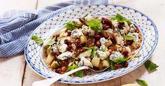 Robust sallad med matvete som bas. De honungsstekta mandlarna ger fin krispighet och ädelosten och det syrliga päronet sälta och sötma.