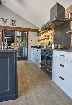 Considering a few of the most appropriate wide plank wooden flooring ideas? - Considering a few of the most appropriate wide plank wooden flooring ideas? Cosy Kitchen, Country Kitchen, Kitchen Dining, Dining Room, Kitchen Decor, Living Room Flooring, Kitchen Flooring, Kitchen Backsplash, Kitchen Cabinet Doors