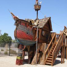 Un barco-casa pirata en el árbol