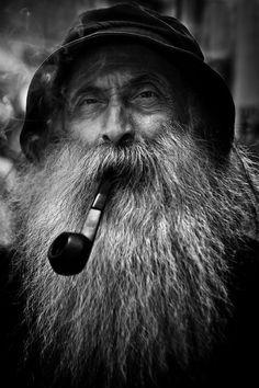 old man portrait Foirm Fireann Black And White Portraits, Black And White Photography, Old Man Face, Old Man With Beard, Old Man Portrait, Old Fisherman, Old Faces, Man Photography, Man Smoking