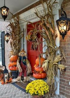 10 Easy Fall Porch Decorating Ideas for The Porch 8 A round up of how to decorate your Fall front porch this year with these fall decor ideas for the porch. Halloween Veranda, Halloween Porch, Fall Halloween, Creepy Halloween, Outdoor Halloween, Autumn Decorating, Porch Decorating, Decorating Ideas, Decor Ideas