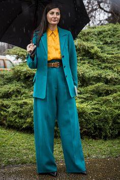 ブルーにもグリーンにも見えるニュアンスカラーのパンツスーツのインナーに、色鮮やかなシャツを合わせるところがおしゃれ上級者のなせる業。ワイドなシルエットも今シーズンらしくて◎。