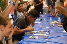 Aquí están los estudiantes que participaron en factor miedo y ellos trataron comidas diferentes de culturas diferentes en el mundo además algunas de las comidas fueron una bebida del maní de jamaica, el helado se llama ube keso de los filipinos, y el pimiento habanero de méxico. Muchas de las comidas eran picante, raro, y interesante aunque era una actividad divertido para los estudiantes y los estudiantes habían estado listo para tratar las comidas pero era una actividad difícil para comer…