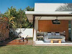Madeira, vidro e pedra marcam esta casa voltada para a área de lazer - Casa
