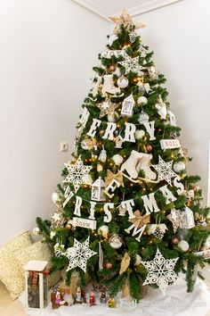 White Rustic Christmas Tree | The Crafting Nook by Titicrafty